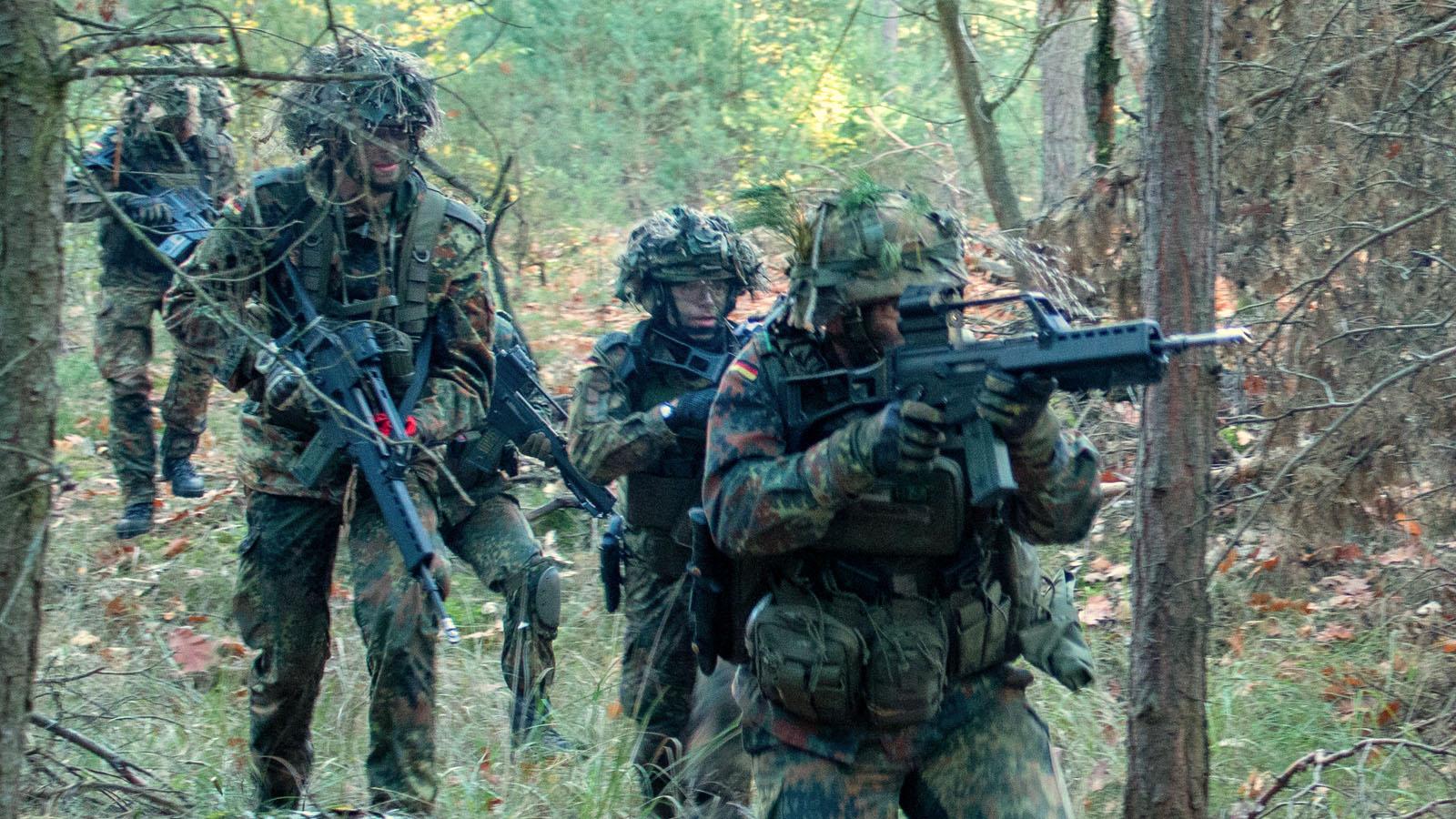 Schützengruppe im Wald