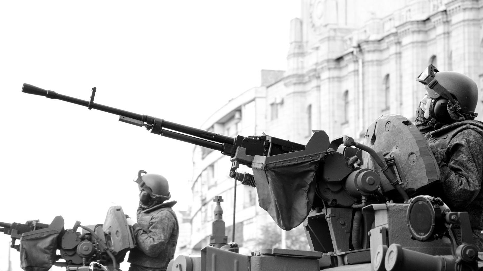 Russische Soldaten auf Panzern