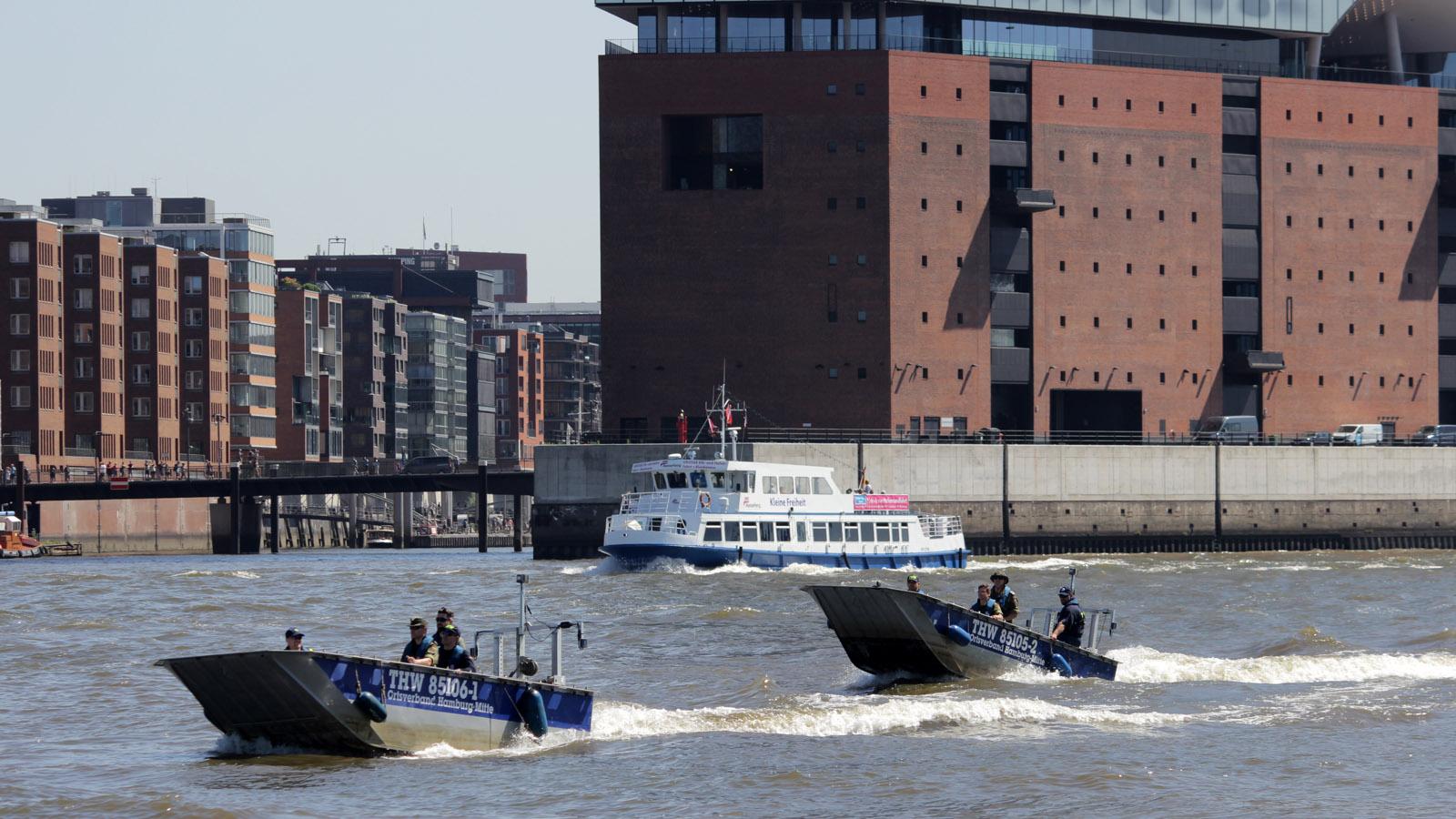 THW-Boote vor der Elbphilharmonie