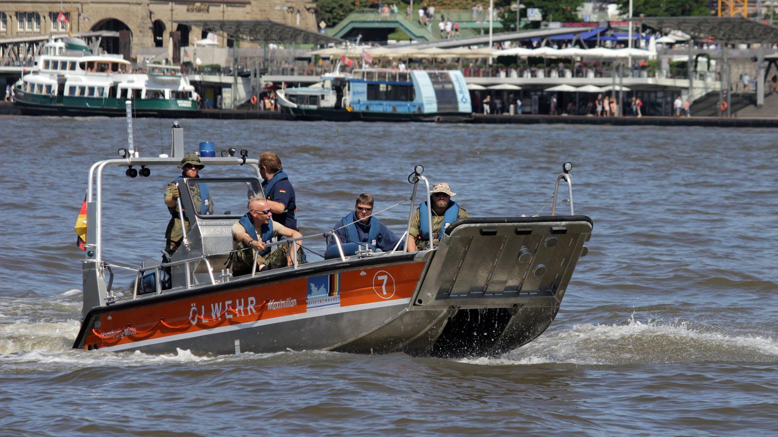 Mehrzweckarbeitsboot auf der Elbe