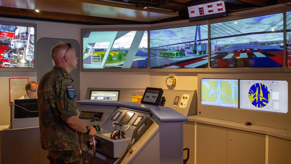 Ein Reservist am Steuer des Schifffahrtssimulators