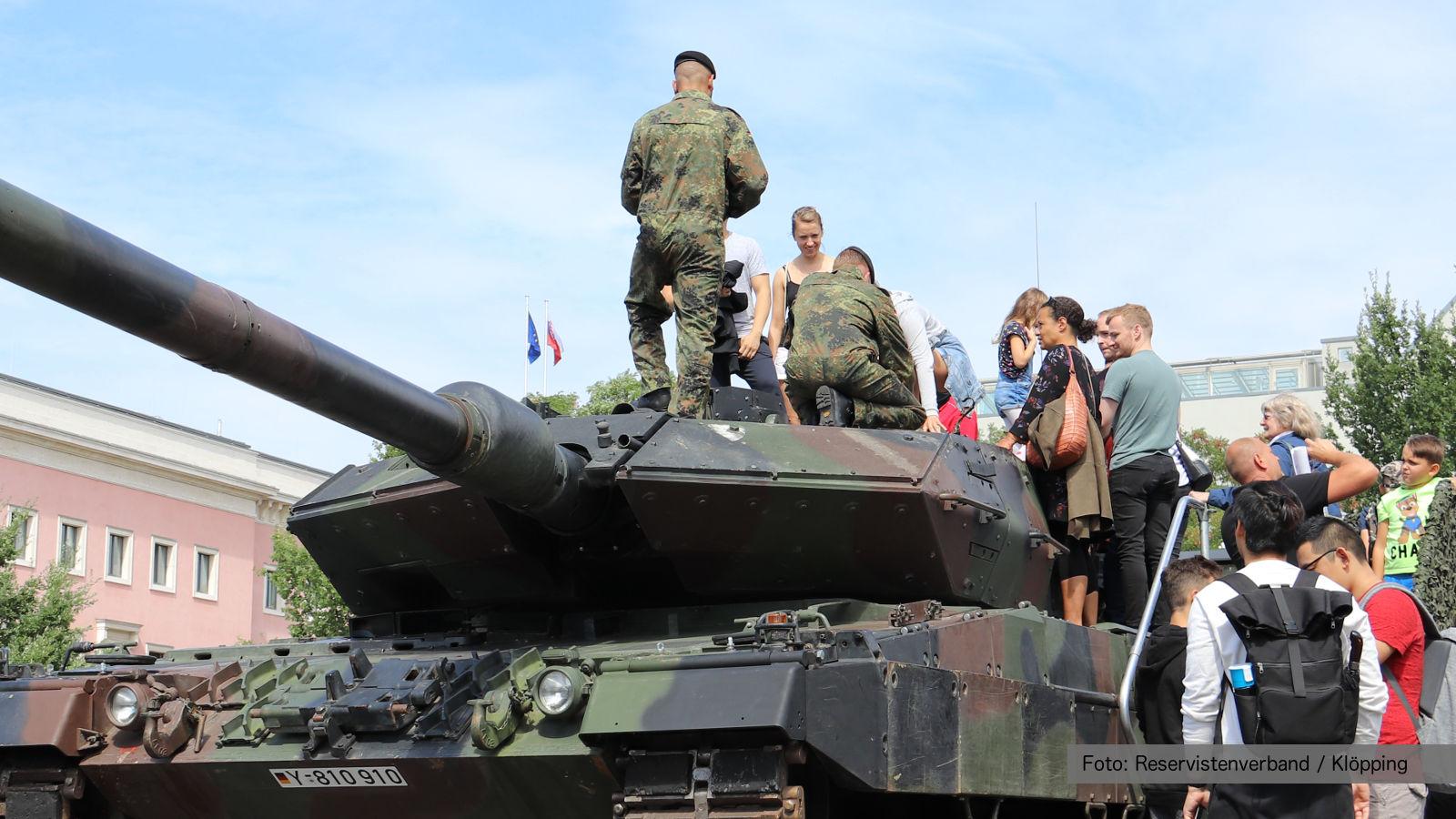 Besucher besichtigen einen Panzer Leopard 2